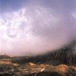 z mgieł i chmur wyłania się ściana Annapurny