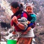 kobiety w Himalajach nie rozstają się ze swoimi najmłodszymi pociechami
