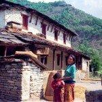 mieszkanki wioski w Himalajach przed swoim domem