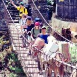 karawana mułów i nasza grupa na mostku himalajskim