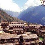 mijamy kolejną wioską w Himalajach