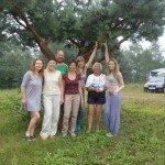 słynne drzewo podróżników w Budach Lucieńskich i ekipa z rejsu po wyspach tropikalnych