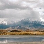 ośnieżone szczyty wulkanów nad Jeziorem Chungara osiągają wysiokość 6.000 m n.p.m.