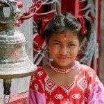 młoda Nepalka przed wejściem do świątyni