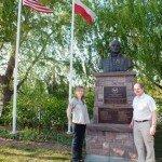 Katarzyna Fischbach i Jurek Majcherczyk przy pomniku Kazimierza Puławskiego w  Wallington