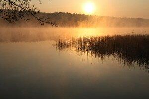 wschód słońca nad jeziorem Lucieńskim